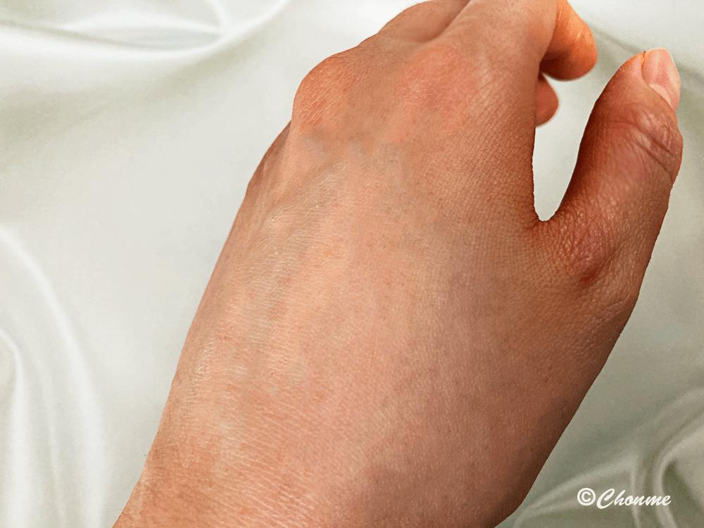 ソフィーナiP UVレジスト リッチクリームを塗った手